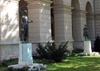 parliament statue budapest